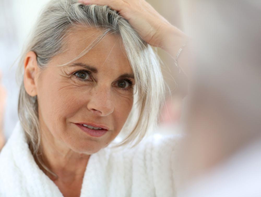 Hårtab ved overgangsalder og menopause er et normalt fænomen der kan behandles ifgl. Hårspecialist Læge Ulrik Knap